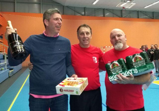 Trenér OB Milan Havel a nejstarší hráč OB Pavel Střaslička (vpravo), uprostřed předseda klubu Radek Kloda